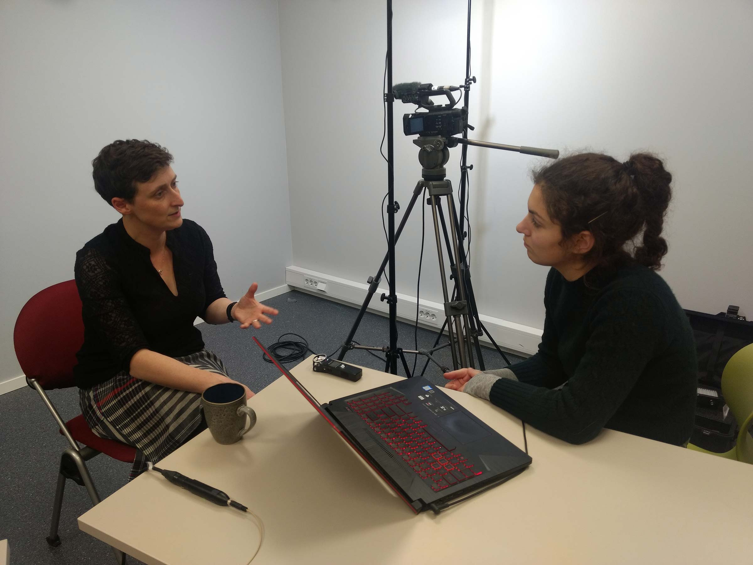 From left to right: Liz Dobson and Karolina Jawad during the interview. Photo by Anna Xambó.
